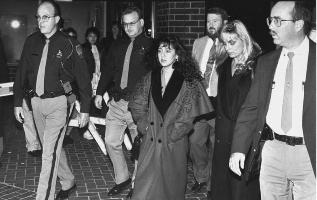 Lorena Bobbitt a caminho do seu julgamento por ter decepado o pênis do marido, John Wayne Bobbitt